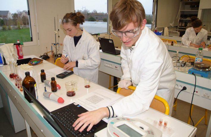 Élèves du lycée Jean Paul II en cours de chimie