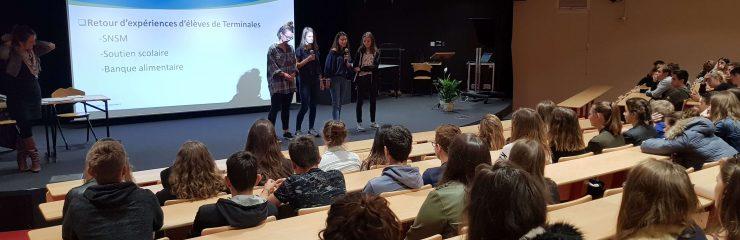 Eleves du lycée Jean-Paul II à Saint-grégoire en amphi